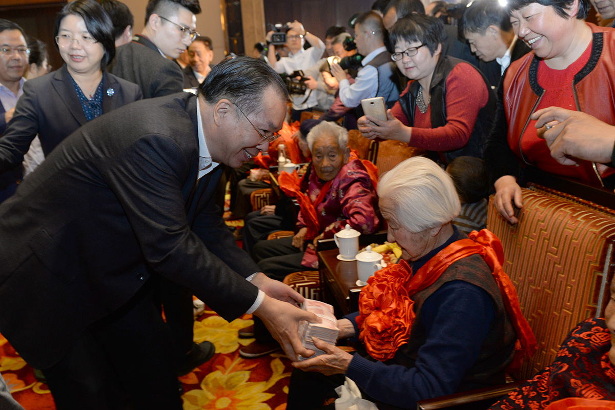 全國政協新聞發言人王國慶為百歲老人發放愛心補貼