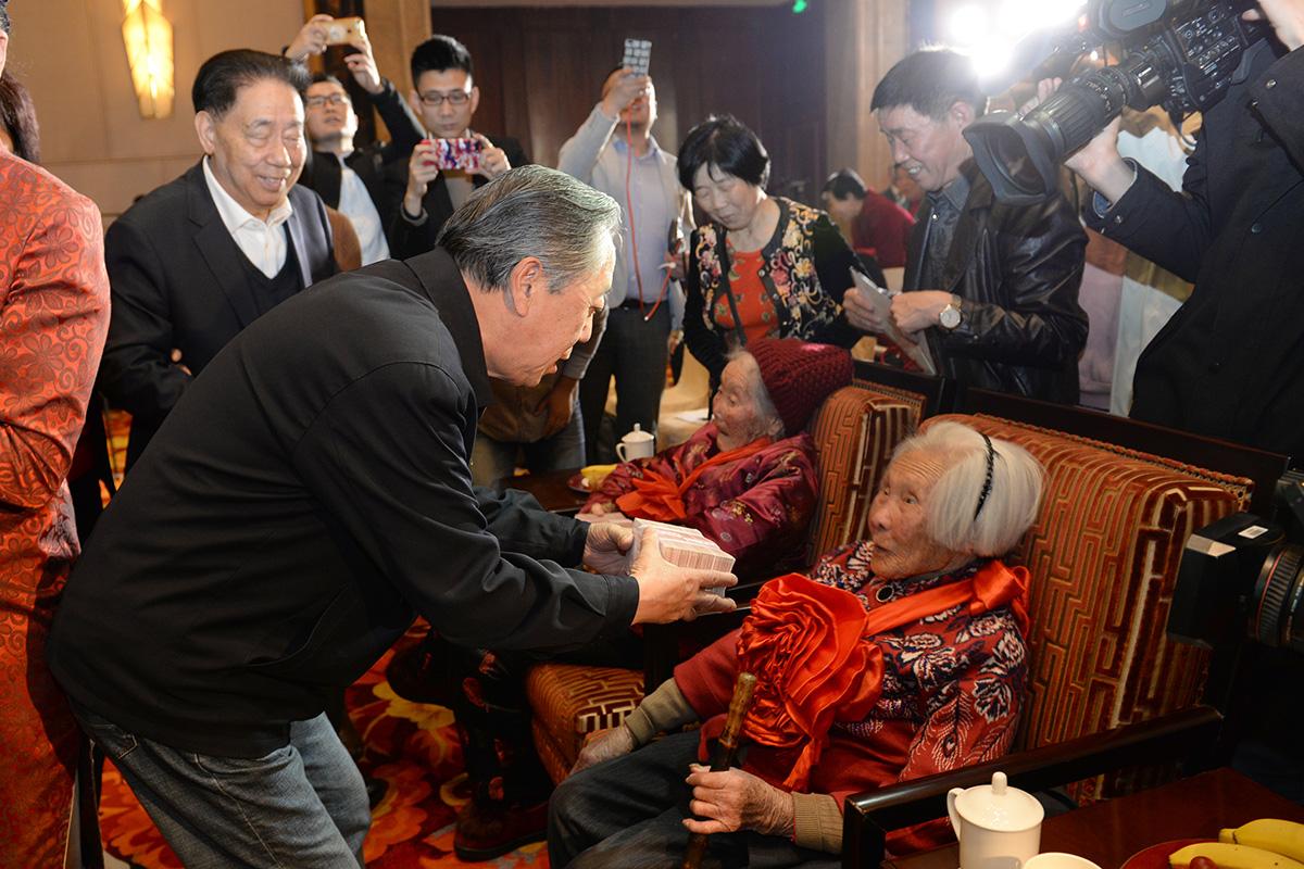 國務院原副秘書長劉濟民為百歲老人發放愛心補貼