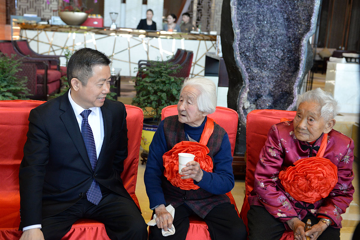 紅豆集團董事局主席兼CEO周海江同百歲老人親切交談