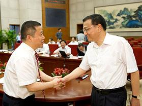 李克强总理与周海江亲切握手